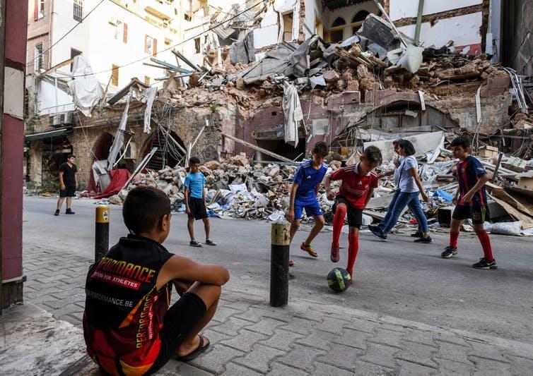 Des enfants dans les décombres du quartier de Gemmayzeh, à Beyrouth, le 28août 2020