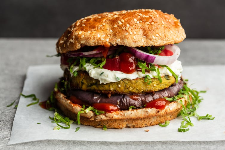 Veggie burger sur une table