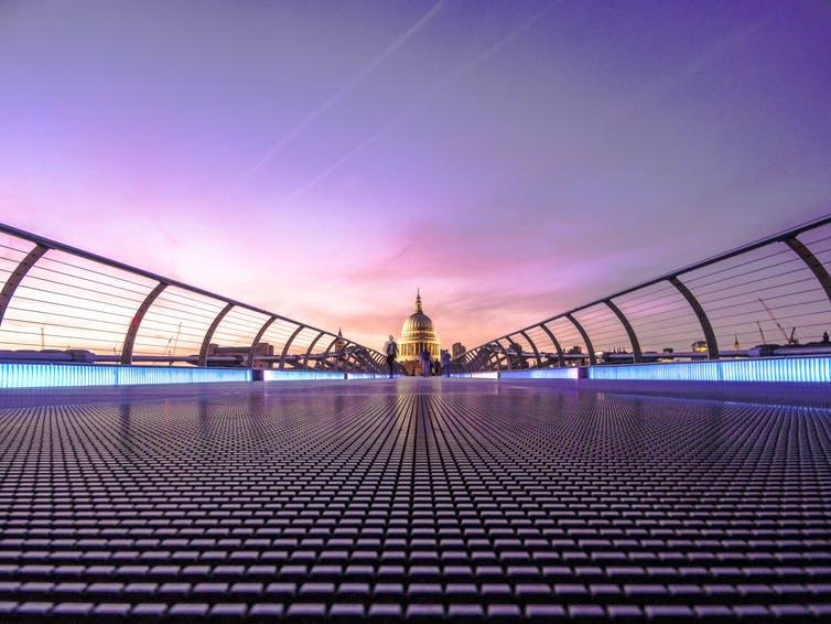 Vue sur le Millennium Bridge à Londres au crépuscule